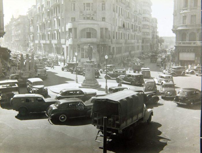 صور القاهرة القديمة، صور الزمن الجميل، إزدحام سيارات في القاهرة، متجر غروبي على اليمين