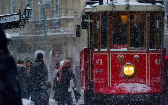 صور سفر، المعالم السياحية في تركيا شارع الإستقلال، تقسيم، الترام، إسطنبول