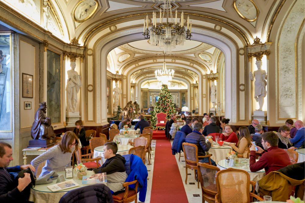صور سفر، أجمل المقاهي حول العالم، مقهى caffè gambrinus، إيطاليا